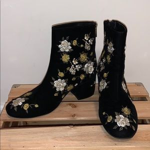 FOREVER 21 embroidered black booties size 8